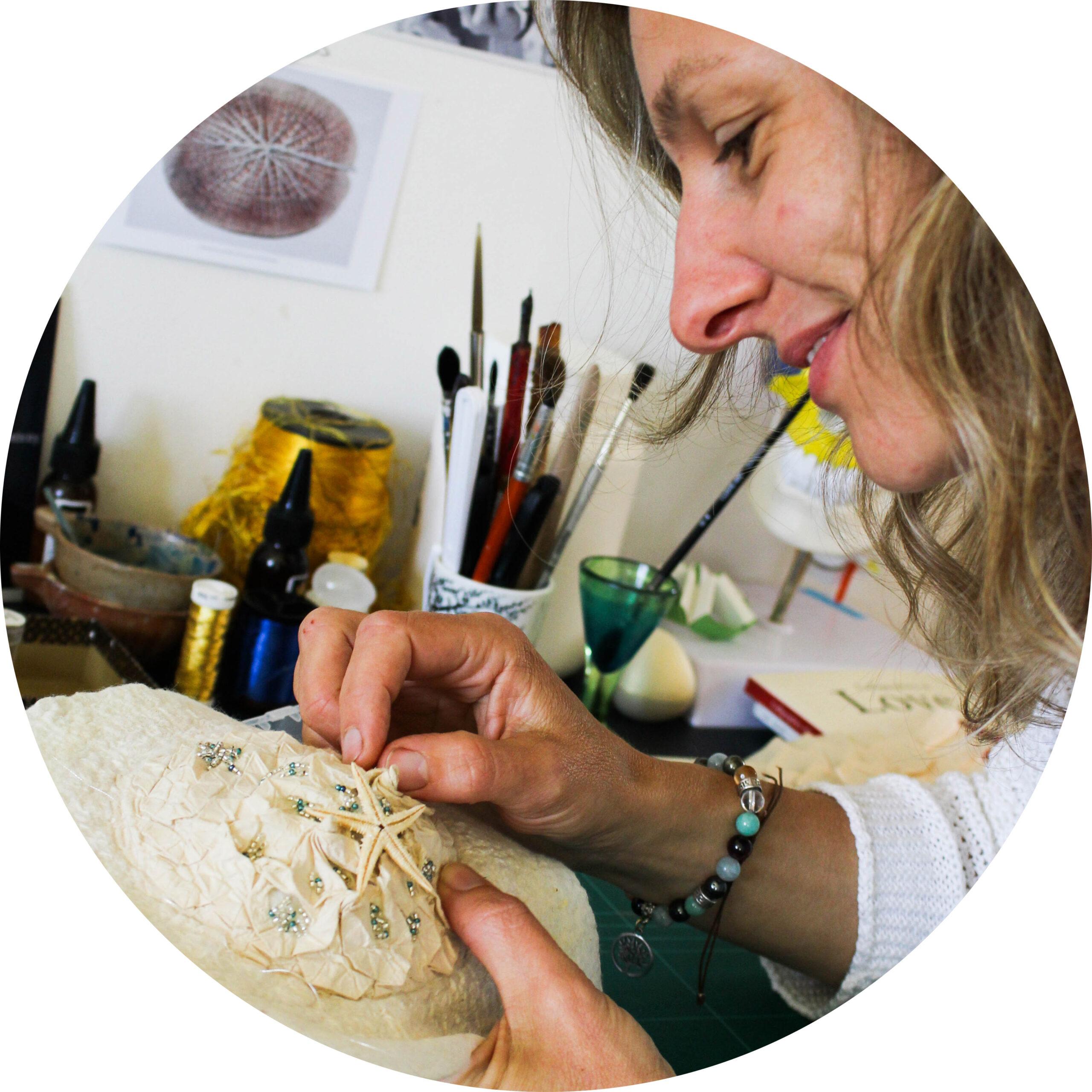 Détails d'une création en feutre gris imitation corail